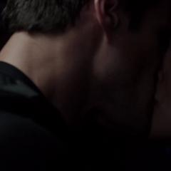 Skye y Ward se besan por primera vez.