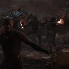 T'Challa pelea contra los Outriders.
