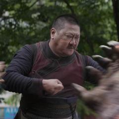 Wong corta el brazo de Obsidian.