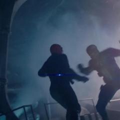 Rogers pelea con Schmidt en su avión.