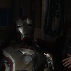 Harley Keener junto a la Armadura de Iron Man