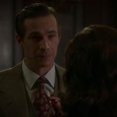 Jarvis le dice a Carter que es la persona indicada para tener la sangre.