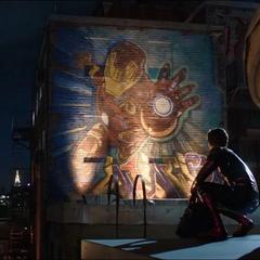 Parker mira un grafiti de la armadura de Iron Man.