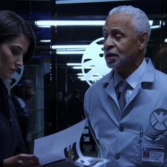 Hill habla con Steiten acerca de la condición de Coulson.