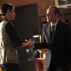Hill y Coulson discuten acerca de su decisión de revelar la ubicación de la Providencia.