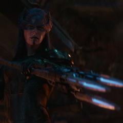 Midnight apunta a Loki con su lanza.