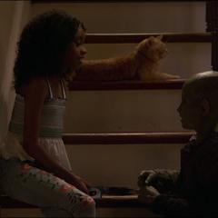 Monica juega con la hija de Talos.