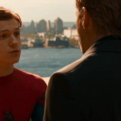 Parker recibe la orden de devolver su traje.