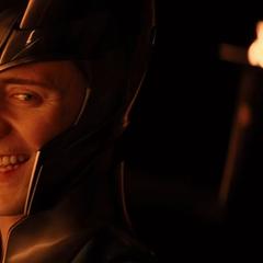 Loki se burla del casco de Thor.