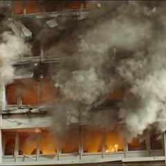 Un edificio de civiles queda devastado.