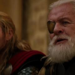 Odín le agradece a Thor acabar con el caos.