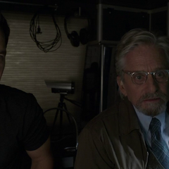 Lang y Pym ven a van Dyne conversar con Burch.