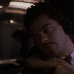Stark pilotando un avión.