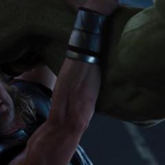 Thor sostiene el brazo de Hulk.