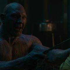 Gamora a punto de ser asesinada por Drax.