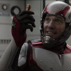 Lang le explica al equipo que no pueden desperdiciar Partículas Pym.