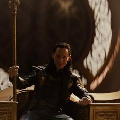 Loki sonríe al recuperar el trono de Asgard.