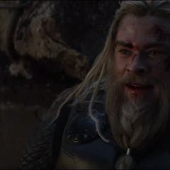 Thor mira a Rogers sostener el Mjolnir.