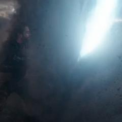 Barnes escapa de los láseres del Santuario II.