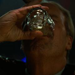 Ross bebiendo en un bar.
