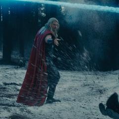 Thor enfrenta a los soldados de HYDRA.