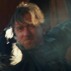 Blonsky le dispara a Hulk.
