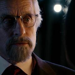 Pym le habla a Hope de un candidato para detener a Cross.