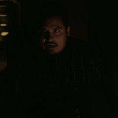Luis asiste a Lang durante el robo.
