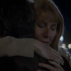 Potts abraza a Stark tras verlo bien.