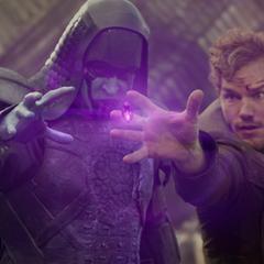 Quill y Ronan luchando por obtener la Gema del Poder.