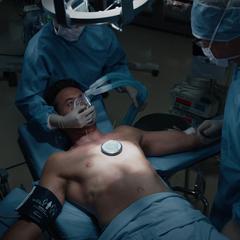 Stark en una cirugía con el Doctor Wu.