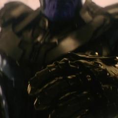 Thanos levanta el Guantelete del Infinito.