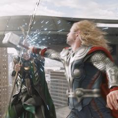 Thor lucha con Loki en la Torre Stark.