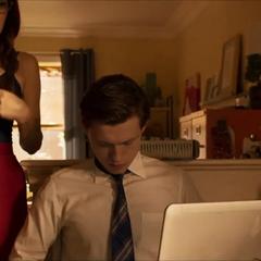 Maybelle le enseña a Peter cómo hacer un nudo de corbata.