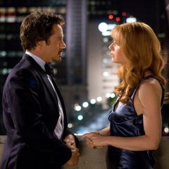 Potts y Stark conversan íntimamente en un balcón.