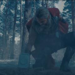 Thor golpea la superficie para derribar a los soldados de HYDRA.