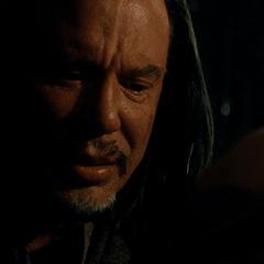 Vanko escucha las últimas palabras de su padre.
