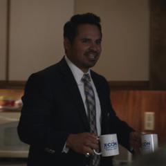 Luis recibe a Pym y van Dyne en su oficina.