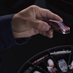 Luis elige un auto de la colección de Pym.