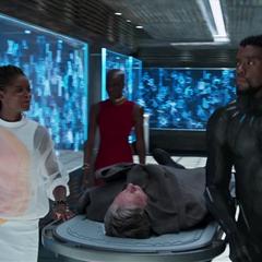 Shuri encuentra a T'Challa llevando a Ross a su laboratorio.