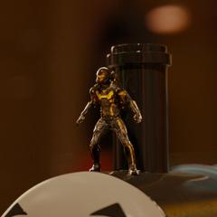 Cross intenta localizar a Lang desde el tren de juguete.