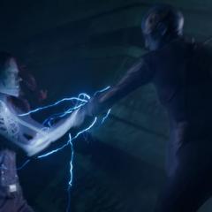 Gamora sostiene el arma de Nebula.