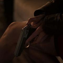 Hill alista su arma para defenderse.