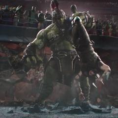 Hulk le da una golpiza a Thor en la Gran Arena de Sakaar.