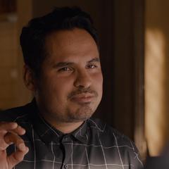 Luis le propone a Lang volver a robar.