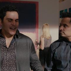 Luis se reune con Ignacio en una galería.
