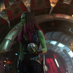 Gamora discute con el equipo qué hacer con el Orbe.