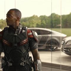 Wilson observa a sus compañeros Vengadores.