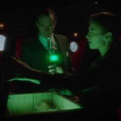 Jarvis y Carter encuentran las armas de Stark.