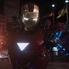 Stark amenaza a Loki con disparar.